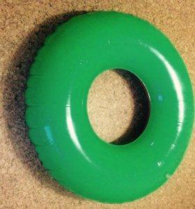 Надувной круг и насос
