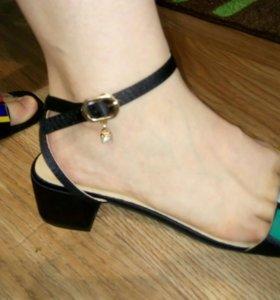 Оригинальные босоножки на каблуке с заклепками