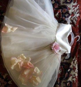 Нежное платье  принцессы с лепестками роз.