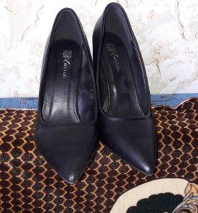 Продаю чёрные туфли на каблуке