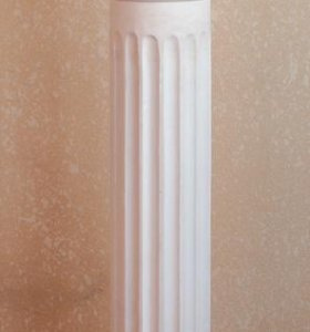 Гипсовая колонна и голова Венеры
