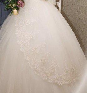 Свадебное платье, фата, туфли, шуба