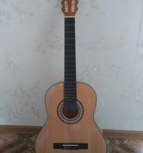 Классическая гитара с нейлоновыми струнами