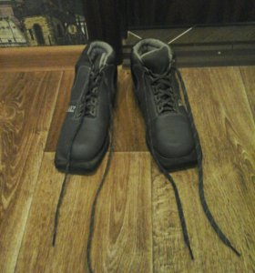 Лыжи и ботинки.