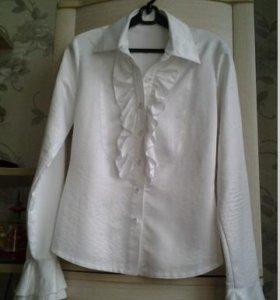 Белая шелковая блуза с рюшами и длинным рукавом