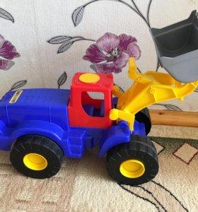 Игрушка трактор большой