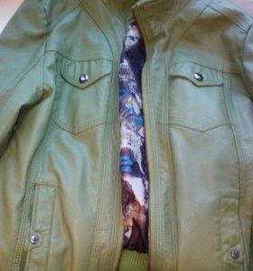 Красивая новая кожаная куртка