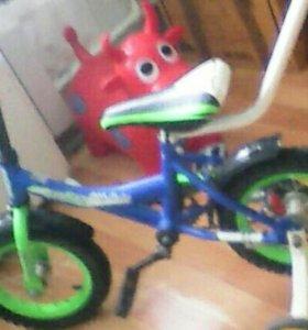 Детский велосипед с ручкой толкателем и колесиками