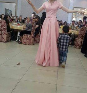 Платье розовое.