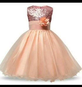 Нарядное, пышное платье.