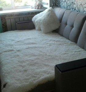Красивый большой диван плюс пушистый плед и подушк