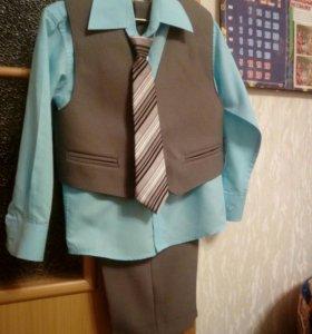Брючный костюм на мальчика 104р-р