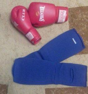 Боксерские перчатки и защита на ноги
