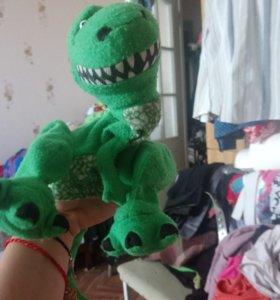 На руку динозавр