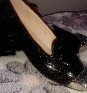 Красивые блестящие туфли
