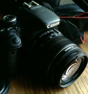Зеркальный фотоаппарат canon 600d с объективом.