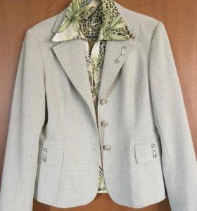 Костюм женский: пиджак, блузка, брюки,юбка.