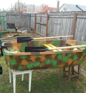 Пластиковая лодка.