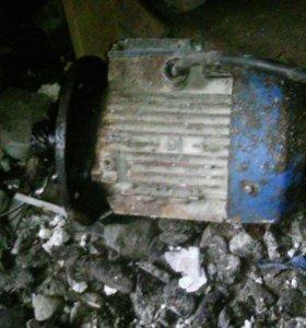 Электро двигатель 380 в от произволственой мешалки