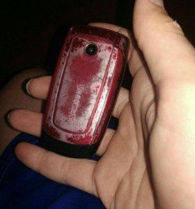Телефон Samsung с зарядным устройством