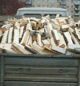 Хорошо загруженая машина с березовыми дровами