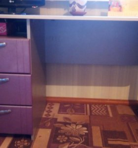 Школьный стол и книжный шкаф