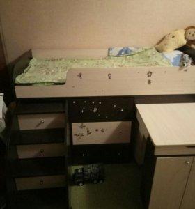 кроватка детская состоликом и ящеком для игрушек.