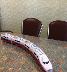 Поезд на батарейках со звуковыми эффектами.