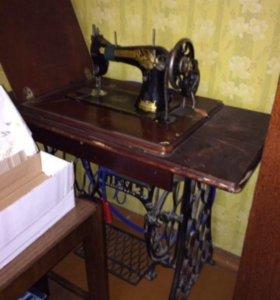 Антикварная швейная машинка.