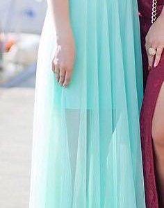Мятное длинное платье и босоножки к нему