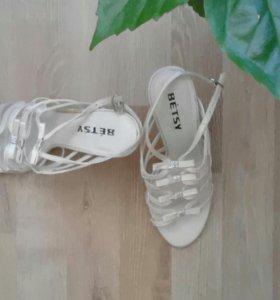 Изящные босоножки на каблуках
