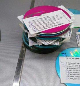 CD диски с треками.
