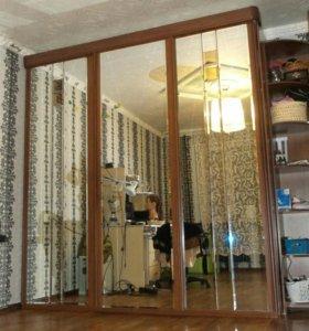 Шкаф-купе три зеркала и угловой стеллаж