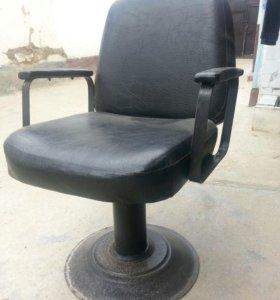 Два парикмахерски кресла и две кожанные скамейки