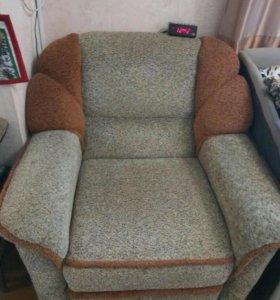 Угловой диван и кресло с подушками