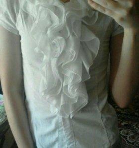 Белая школьная рубашка с рюшами