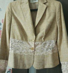 Пиджак летний с кружевными вставками.