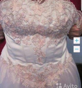 Необычное розовое свадебное платье и перчатки.