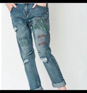 Абсолютно новые джинсы с вышивкой