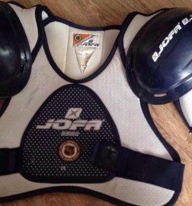 Два нагрудника хоккейных и налокотники
