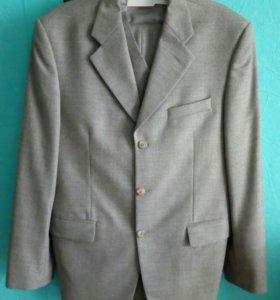 Мужской костюм-тройка 48 размер