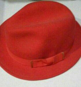 Шляпа красная и юбка мини