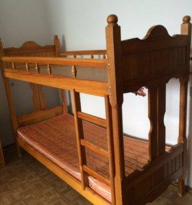 Двухъярусная деревянная кровать и матрас