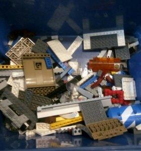 Небольшая коробка с конструктором lego.