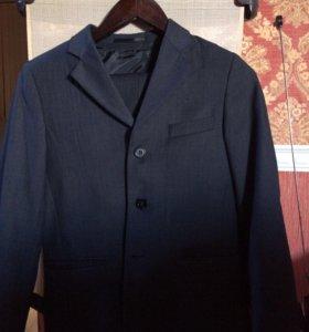 Серый костюм-тройка школьника
