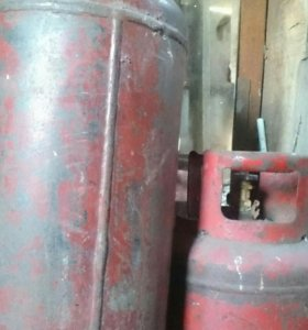 Газовый баллон большой и маленький.