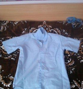 Белая и голубая рубашки на мальчика