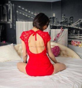 Кружевное платье с открытой спиной.