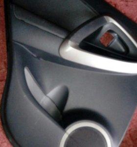 Обшивка двери на Rav4 2006 года