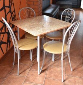 Стол обеденной зоны со стульями